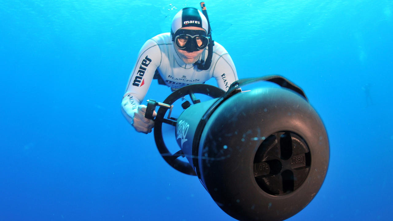 Learning to free dive with world champion gianluca genoni for Dive scooter
