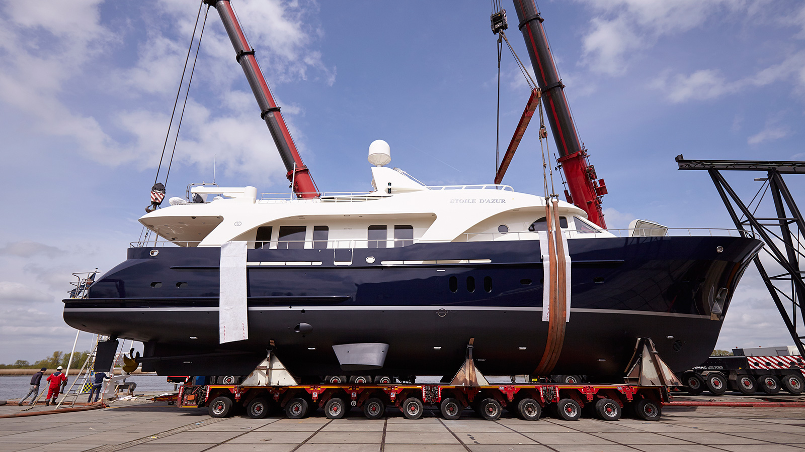 the-side-view-of-refitted-moonen-97-super-yacht-etoile-dazur