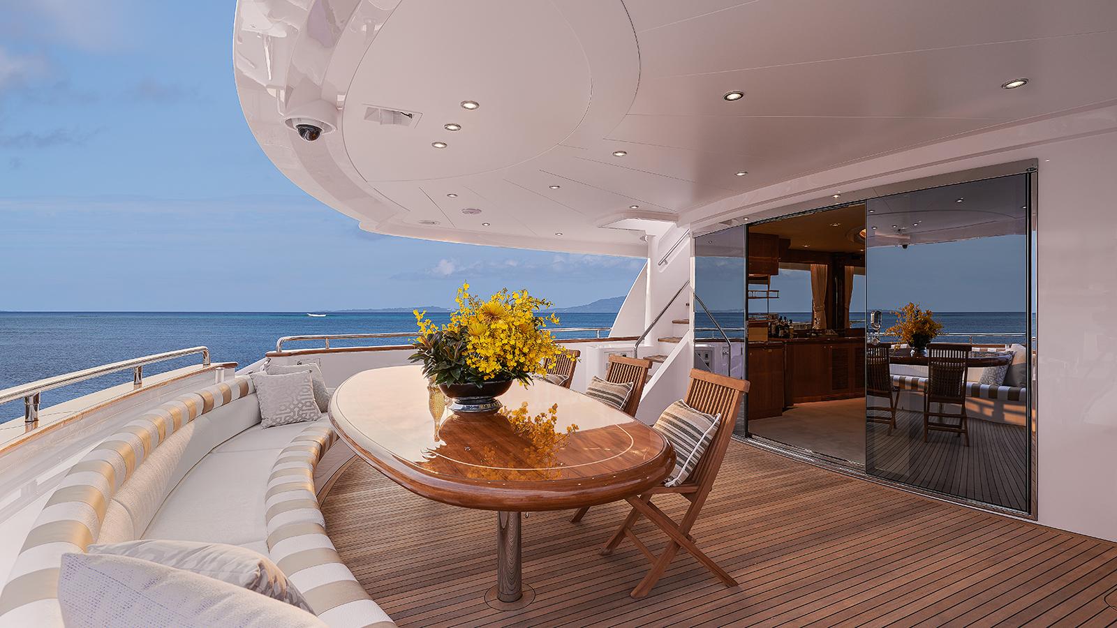 the-cockpit-of-horizon-custom-yacht-abaco