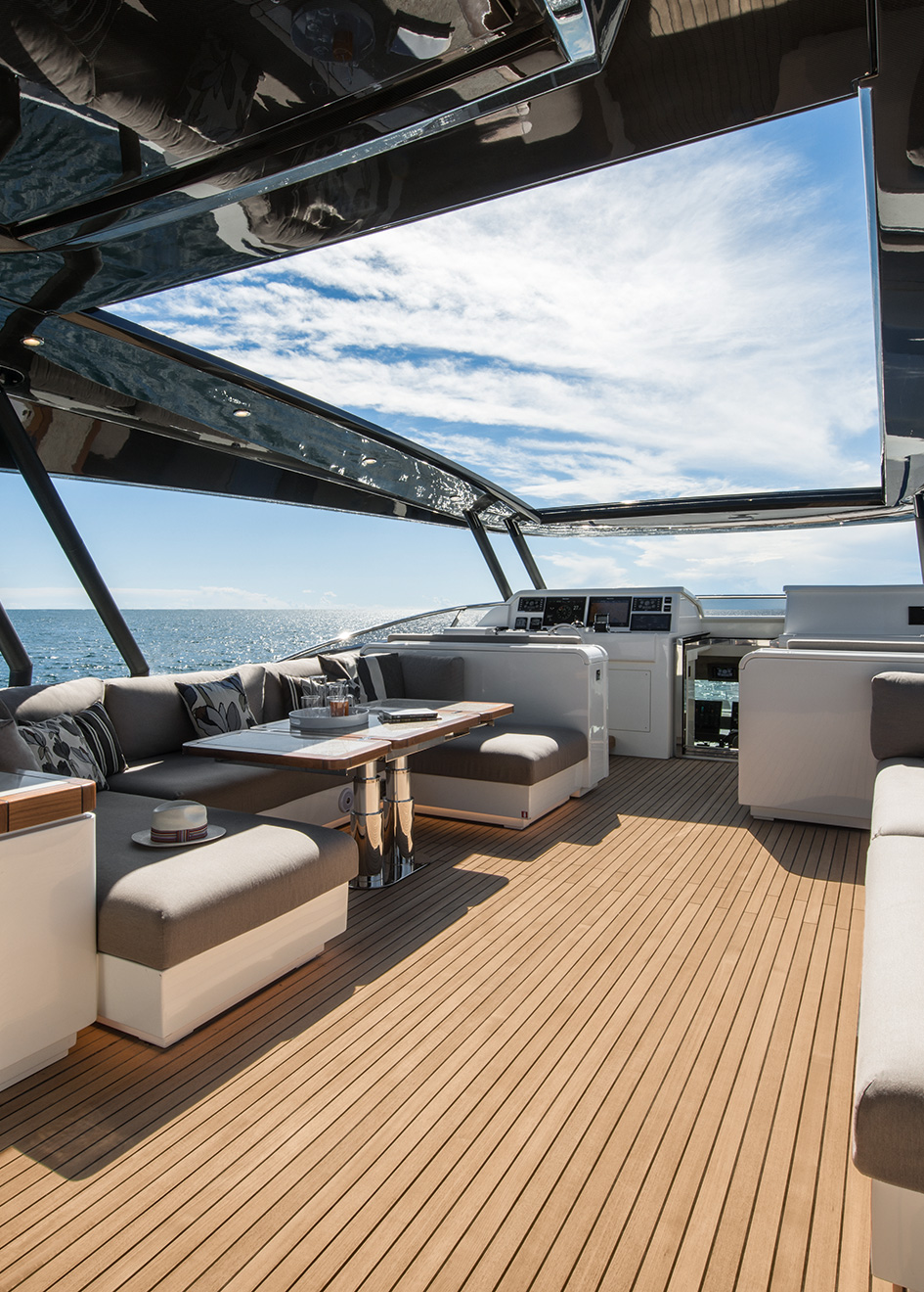 the-flybridge-of-the-monte-carlo-yachts-96