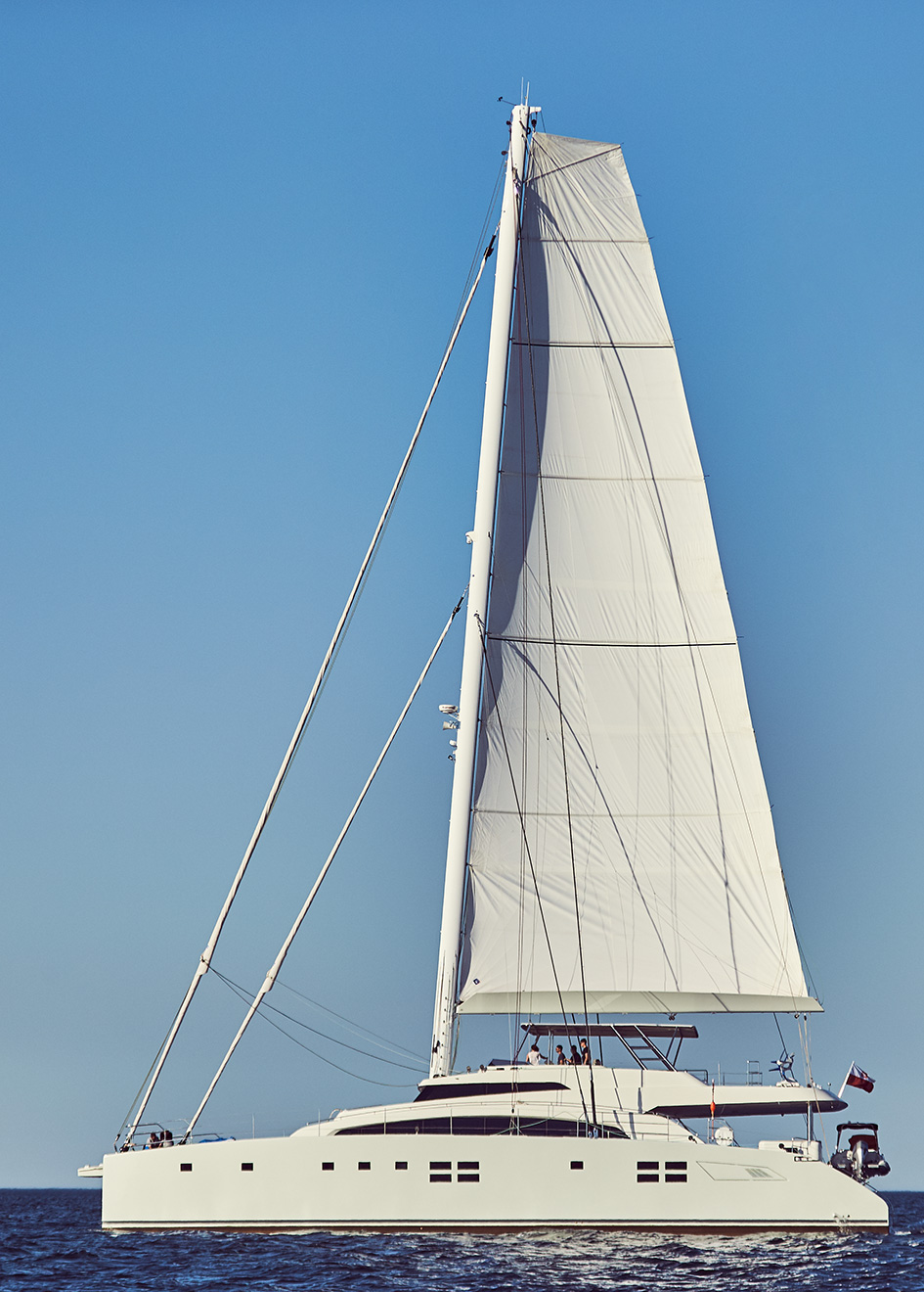 side-view-of-the-sunreef-catamaran-sailing-superyacht-ruwani-with-her-sail-up