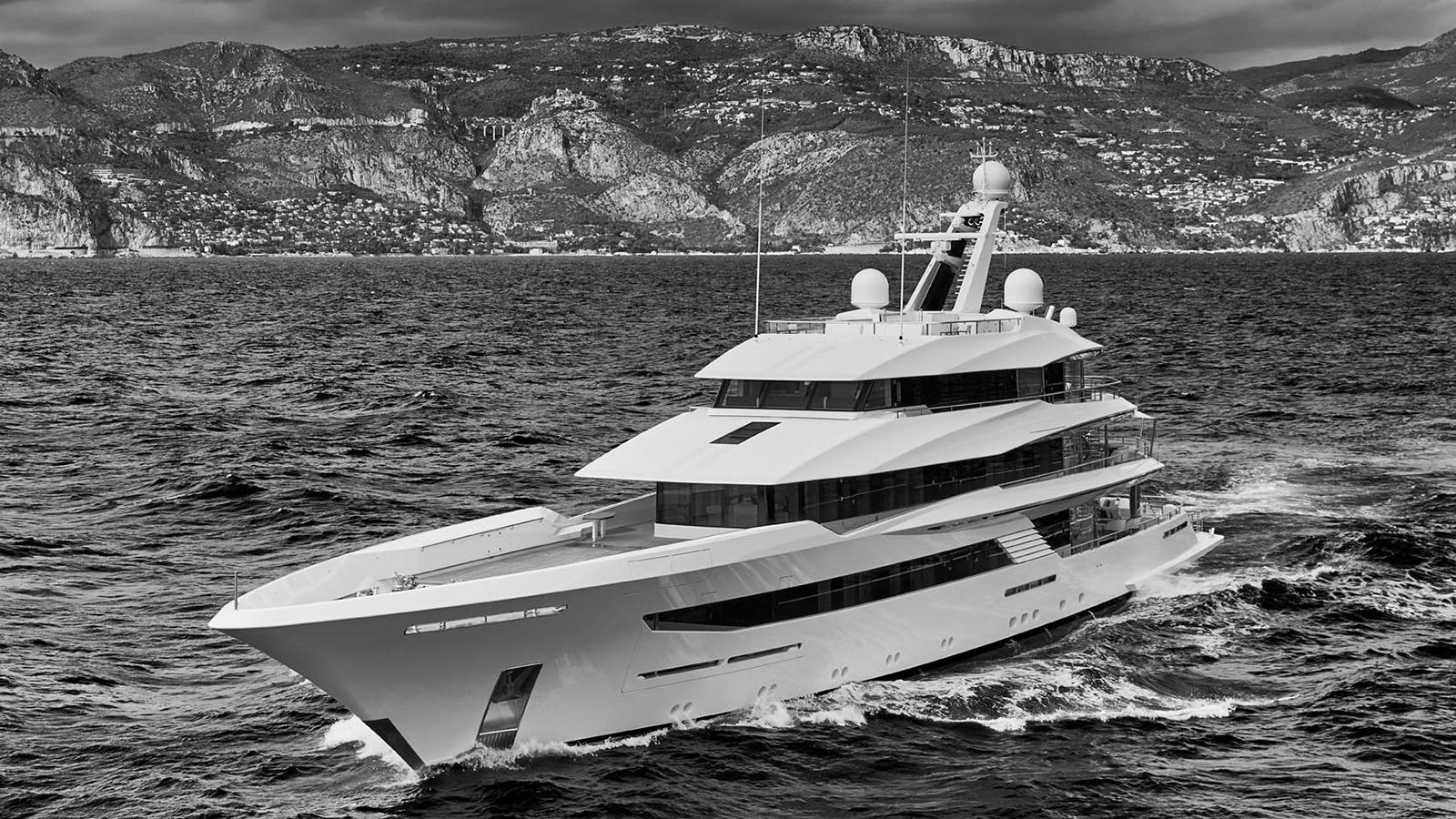 running-shot-of-feadship-super-yacht-joy