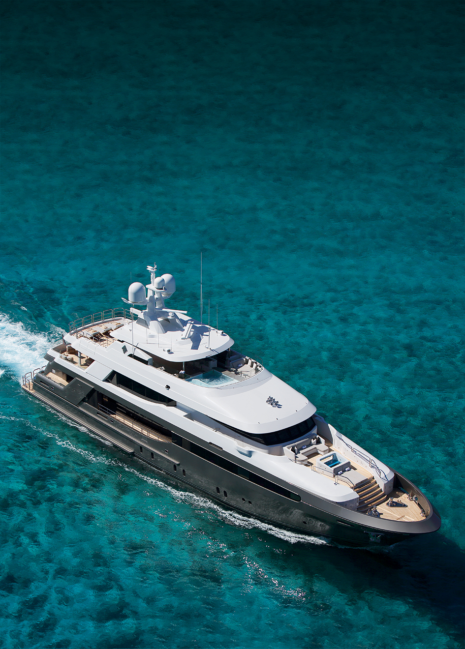 aerial-running-shot-of-muchos-mas-by-crescent-custom-yachts-credit-forest-johnson
