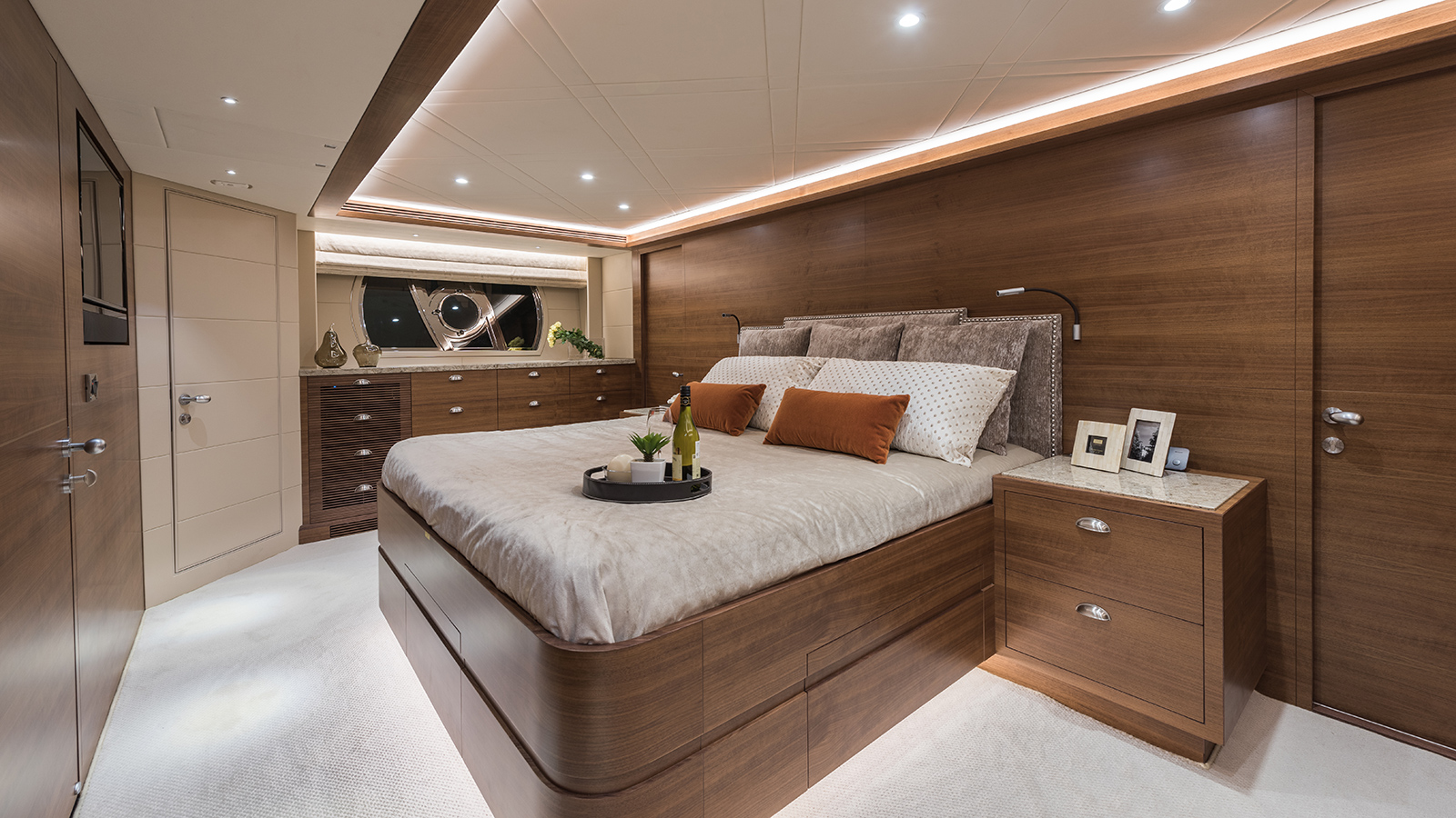 the-owners-cabin-of-the-horizon-e98-super-yacht