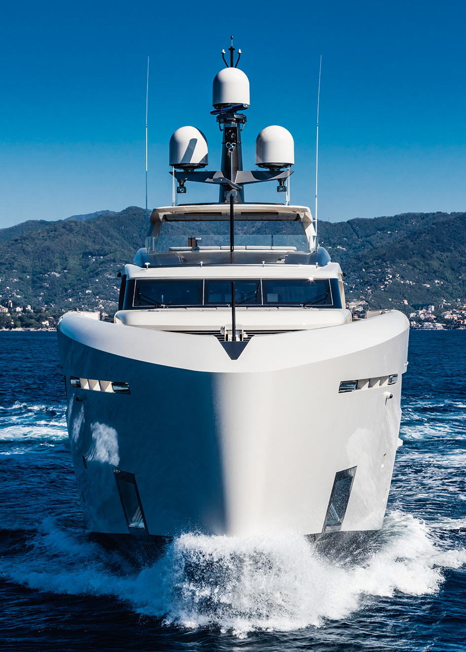 bow-running-shot-of-the-tankoa-motor-yacht-vertige-credit-alberto-cocchi