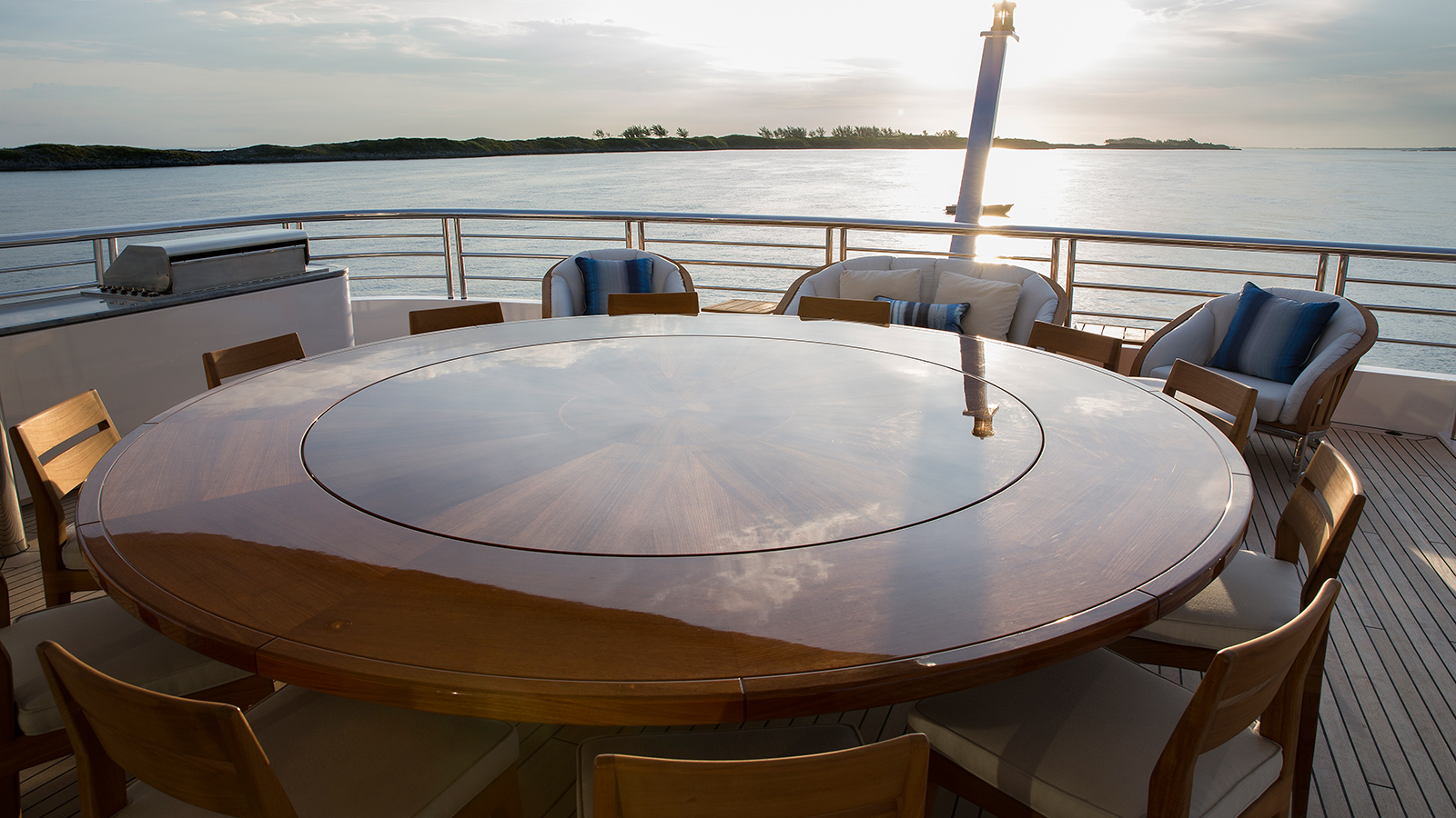 aft-deck-of-hakvoort-super-yacht-just-js