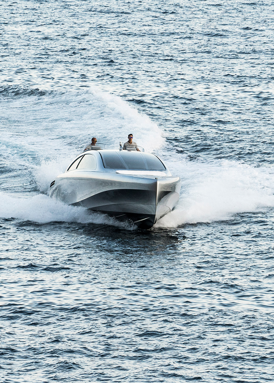 bow-running-shot-of-the-mercedes-benz-speedboat-arrow-460-gt