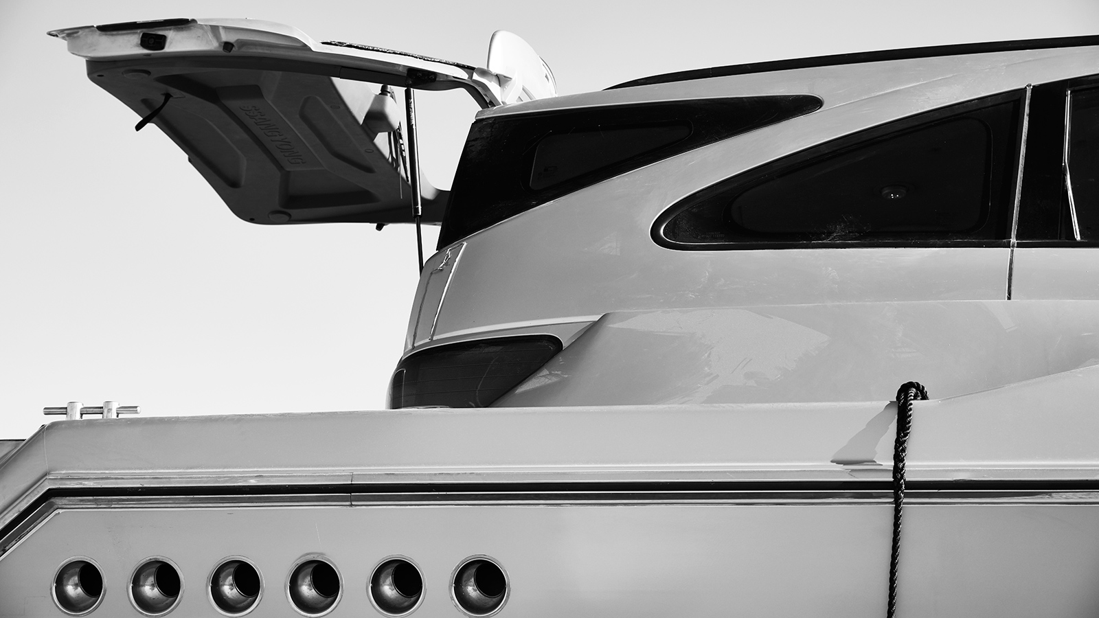 close-up-of-the-ssangyacht-top-gear-boat