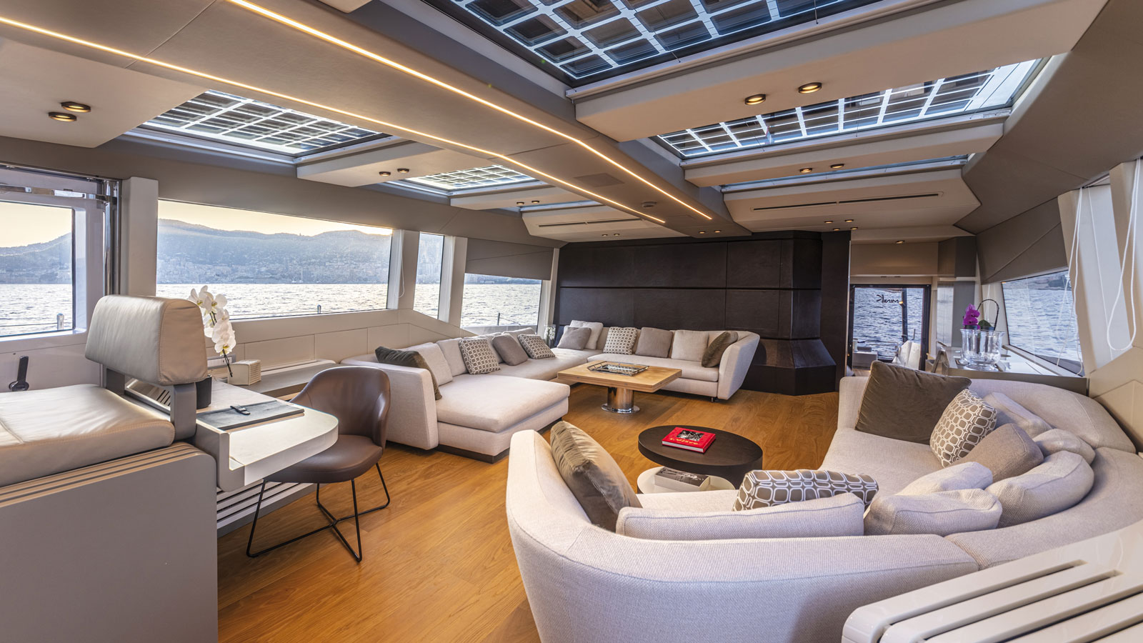 New-86-Fast-Model-Cannes-Yachting-Festival-main-saloon