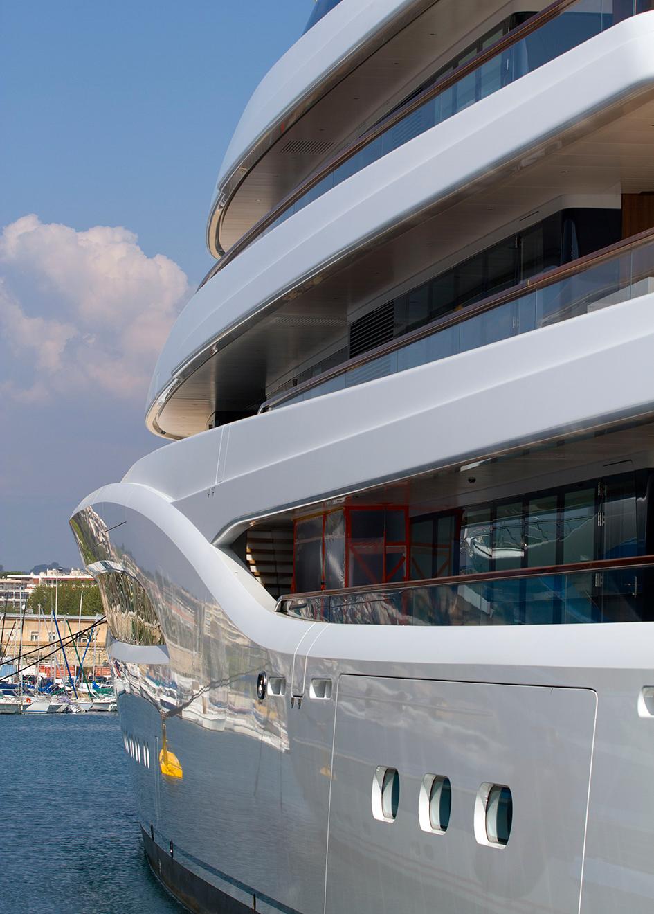 the-side-deck-of-feadship-superyacht-faith
