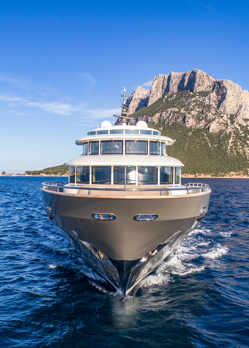 bow-running-shot-of-the-filippetti-navetta-26-yacht-maxima