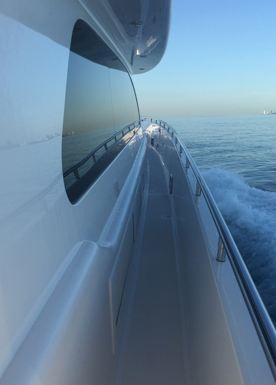 the-side-deck-of-horizon-yachts-e78-breathless
