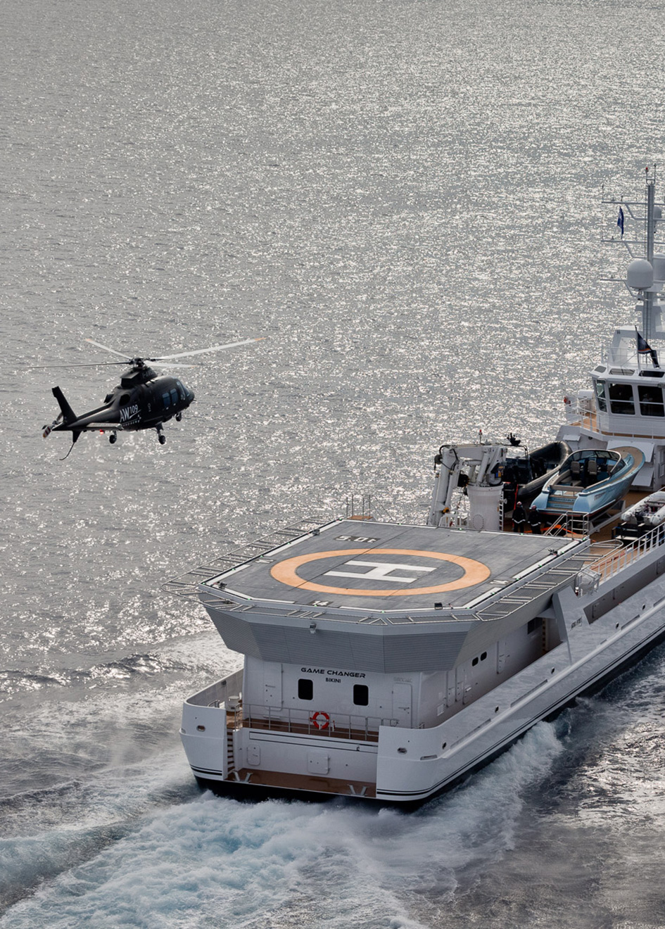 helicopter-landing-on-the-damen-superyacht-support-vessel-game-changer-credit-jeff-brown-breed-media