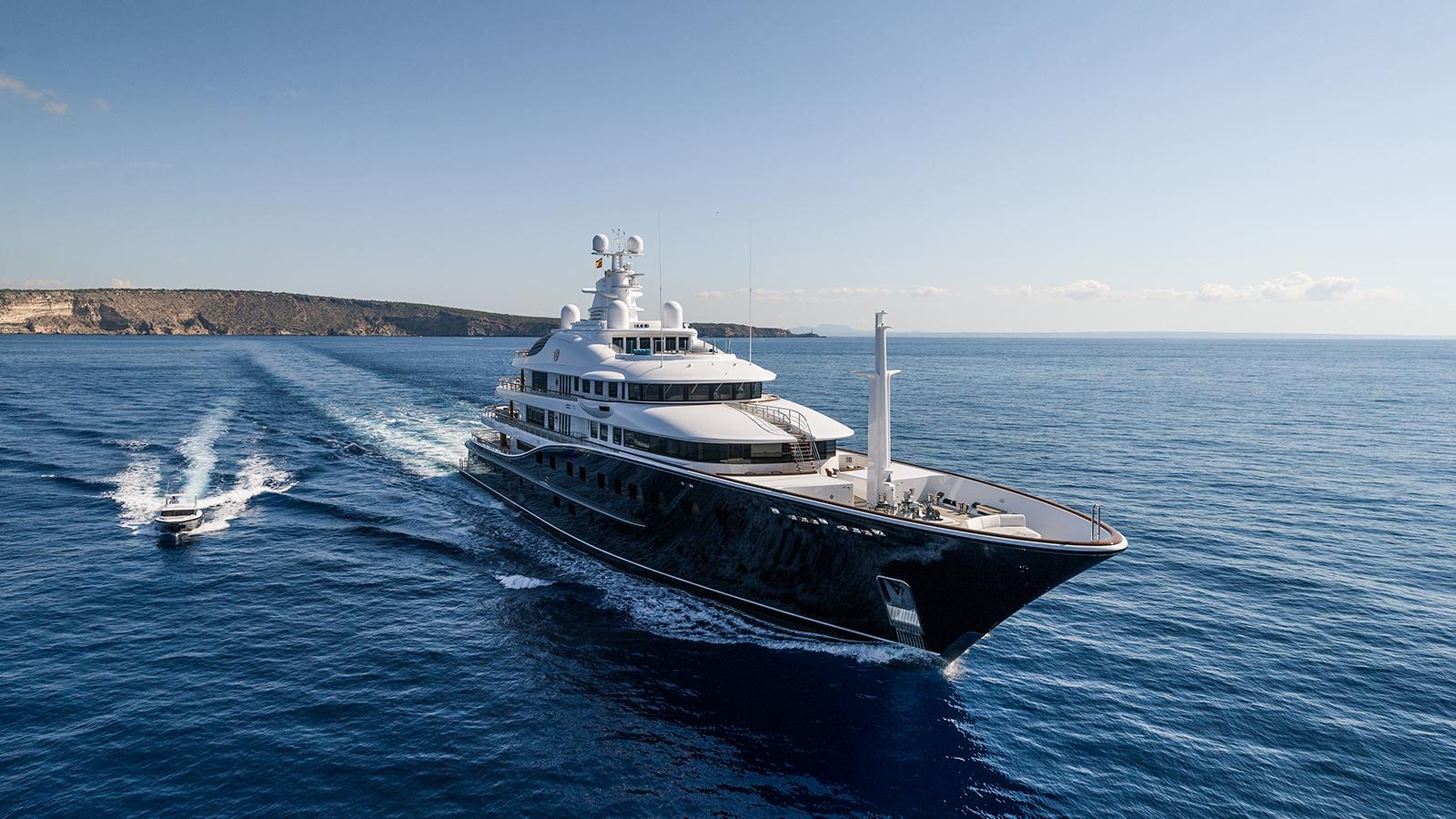 running-shot-of-the-derektor-superyacht-aquila-after-her-pendennis-refit