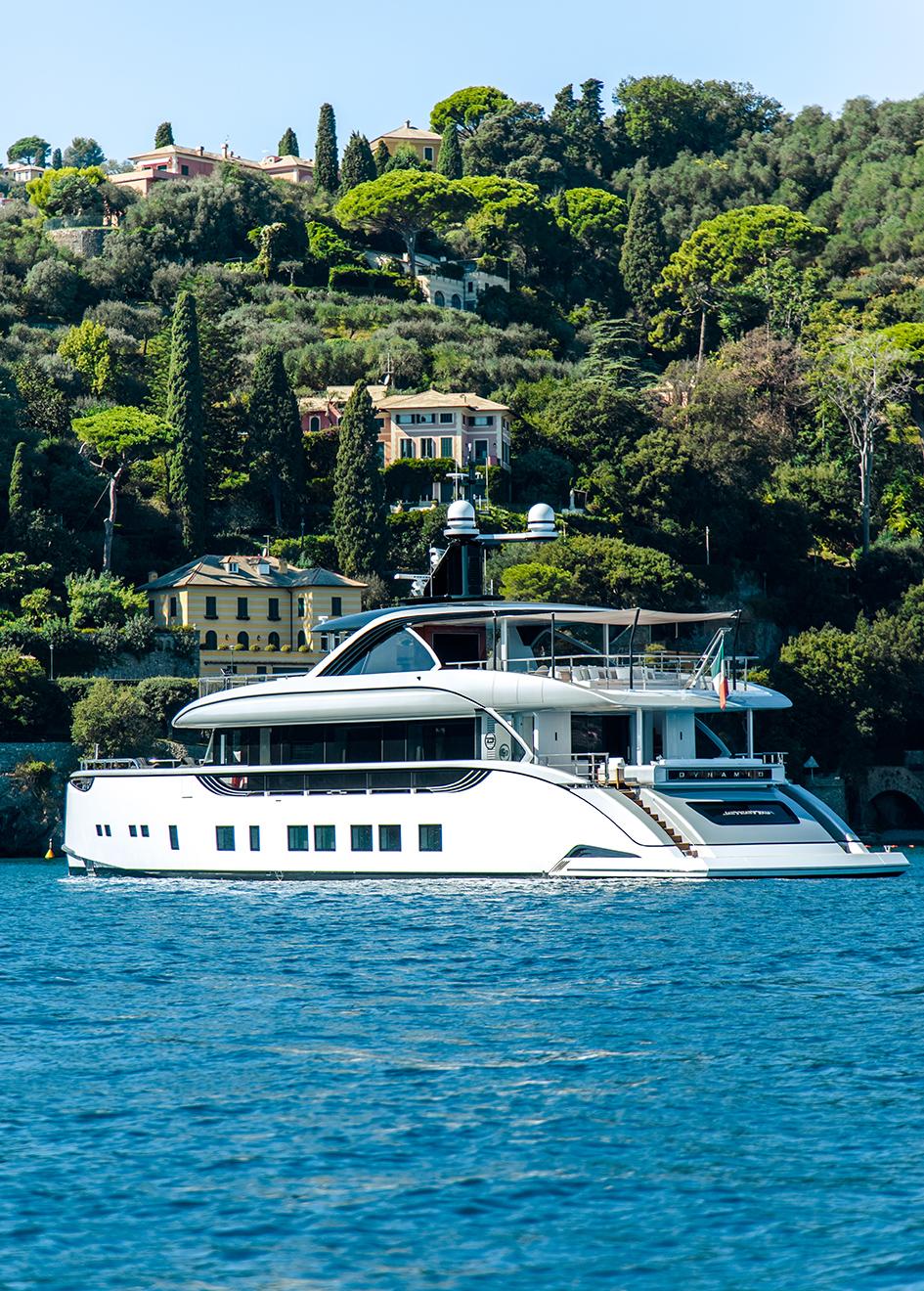 portside-view-of-dynamiq-super-yacht-jetsetter