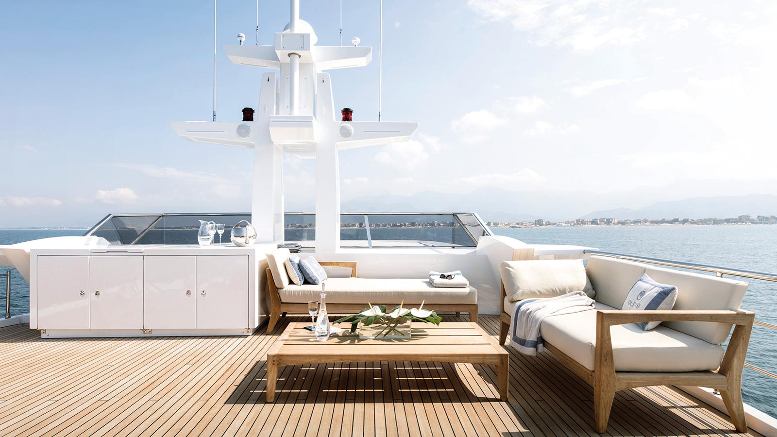 the-sundeck-of-the-azimut-grande-35-metri-yacht