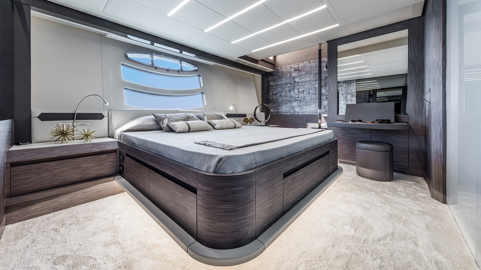 the-master-cabin-of-the-pershing-82-vhp-yacht