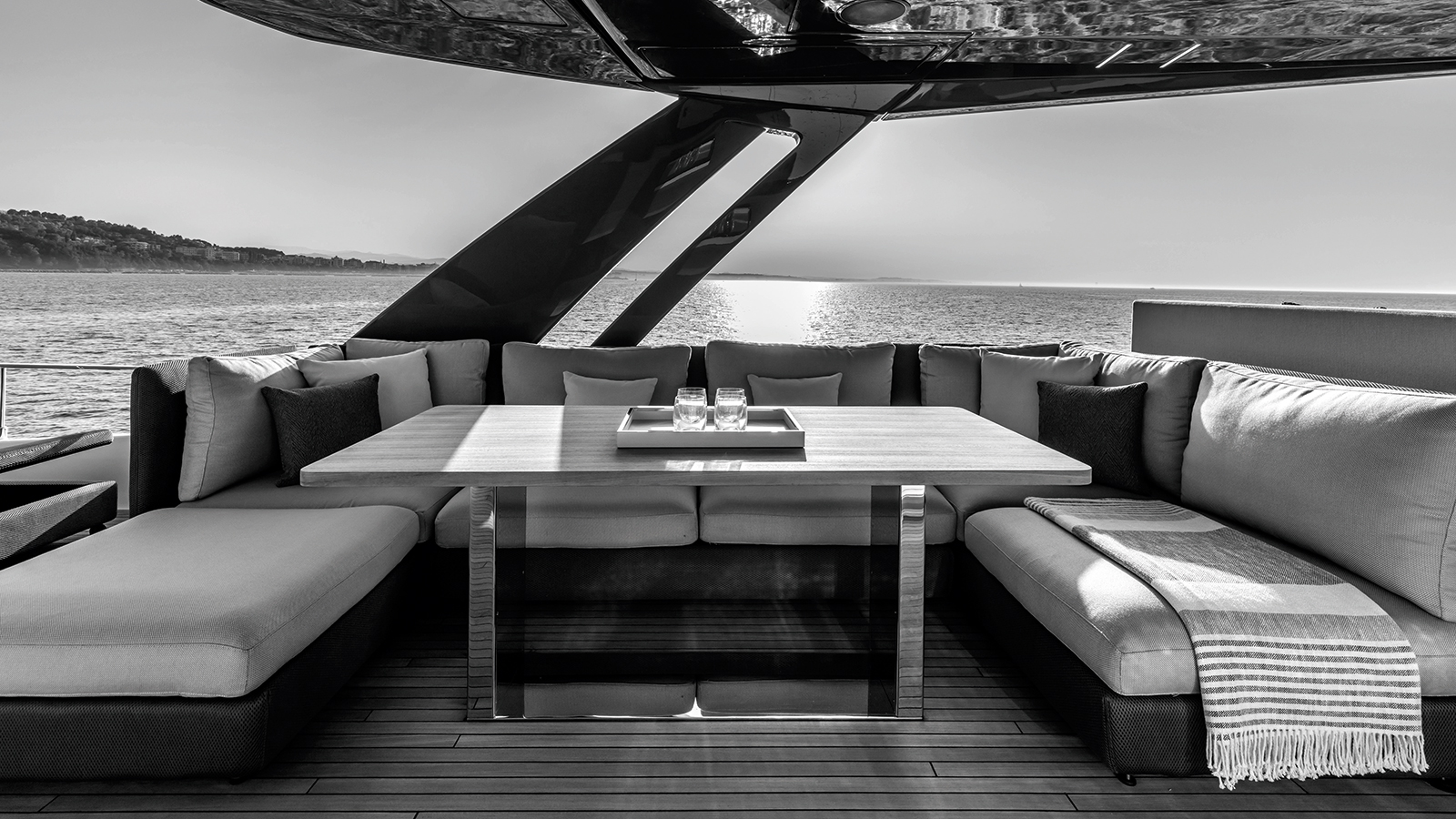 the-flybridge-lounge-of-the-ferretti-yachts-780