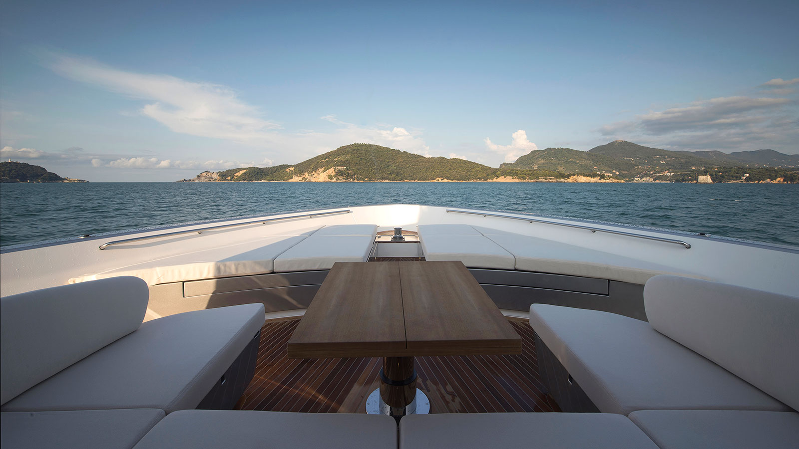 the-foredeck-of-the-sanlorenzo-sx88-crossover-yacht
