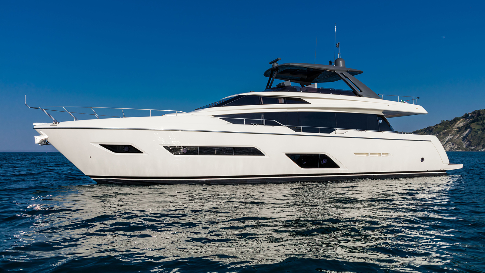 side-view-of-the-ferretti-yachts-780
