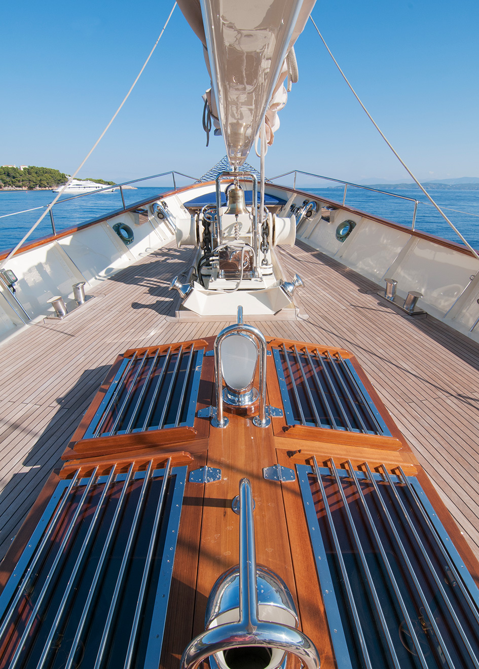 the-deck-of-classic-schooner-sailing-super-yacht-malcolm-miller