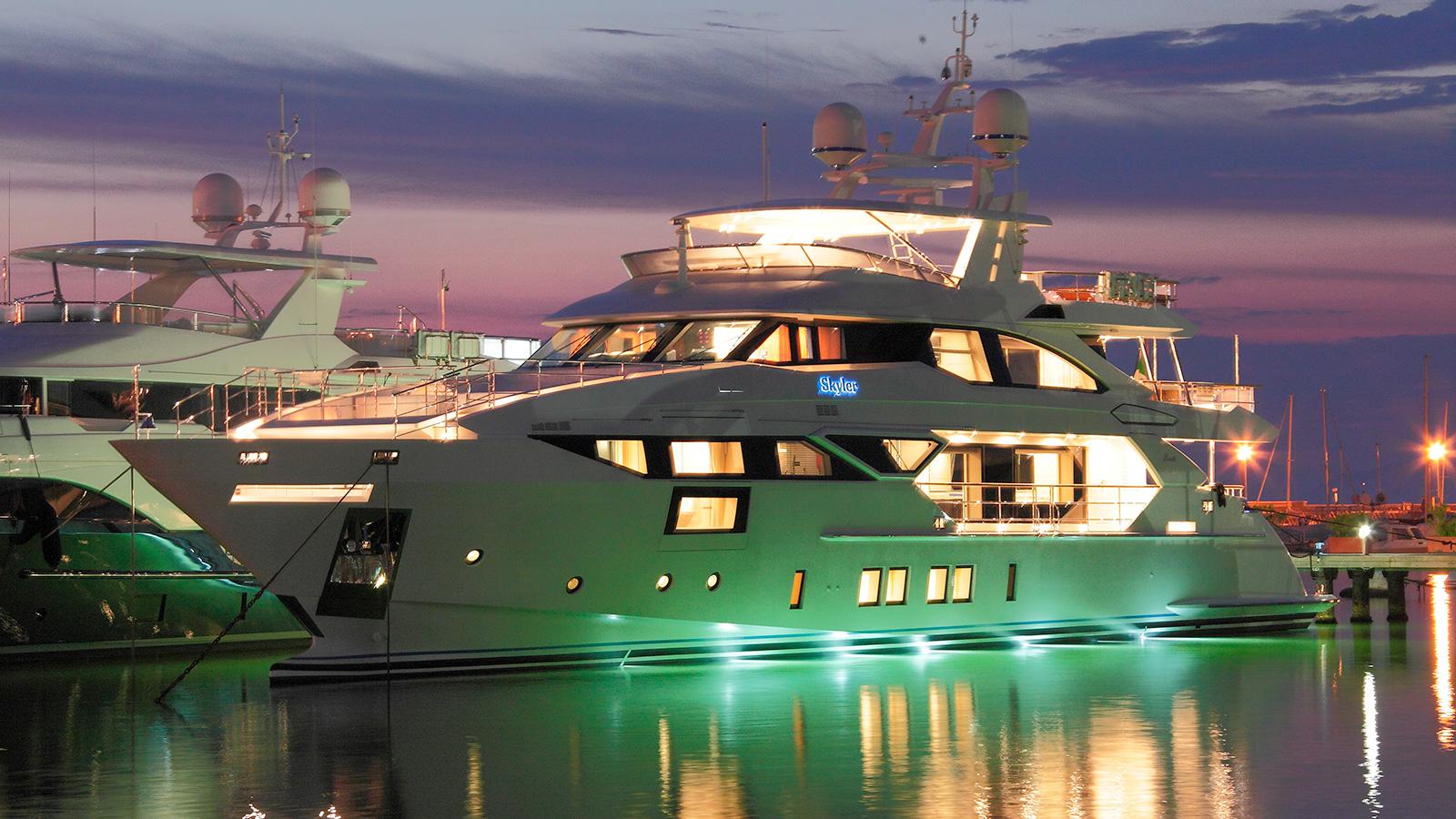 the-benetti-fast-125-yacht-skyler-at-night