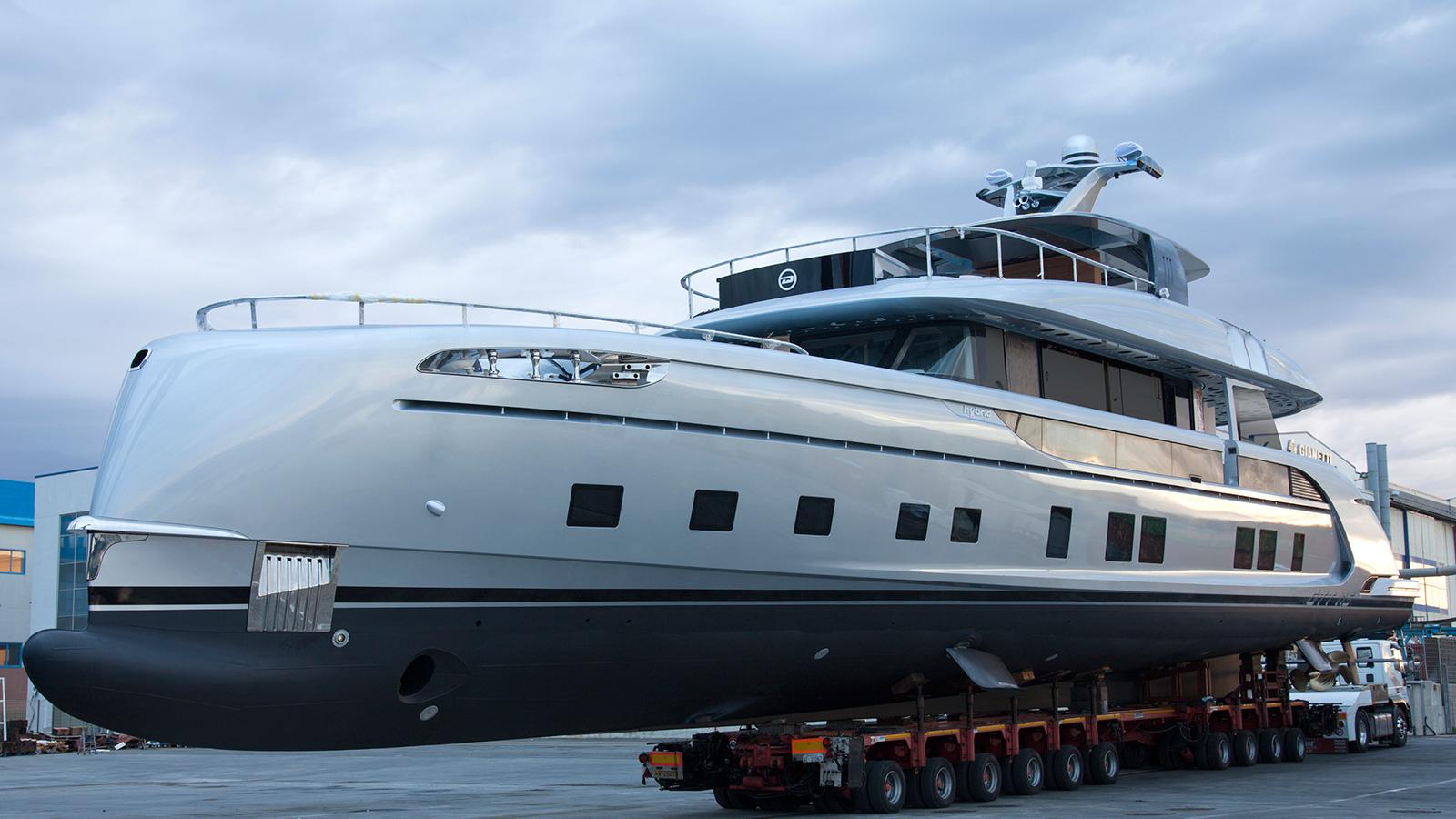 side-view-of-the-dynamiq-superyacht-gtt-115