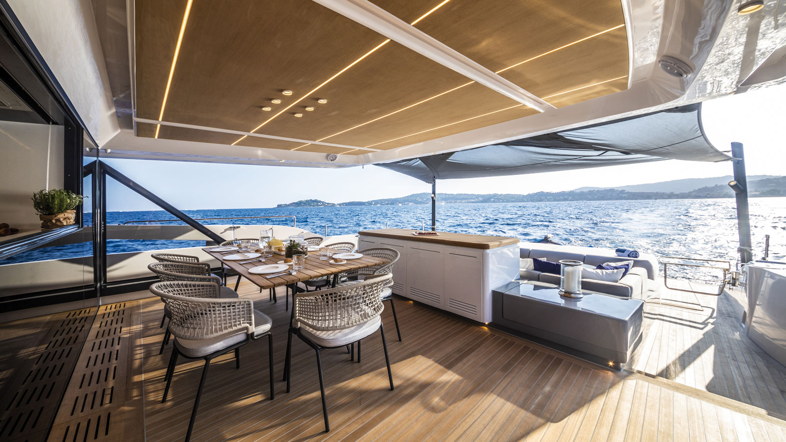 New-86-Fast-Model-Cannes-Yachting-Festival-aft-deck