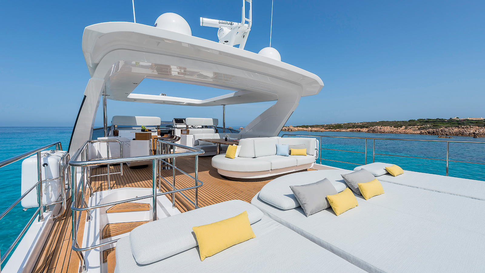 the-sundeck-of-the-azimut-grande-27m-yacht