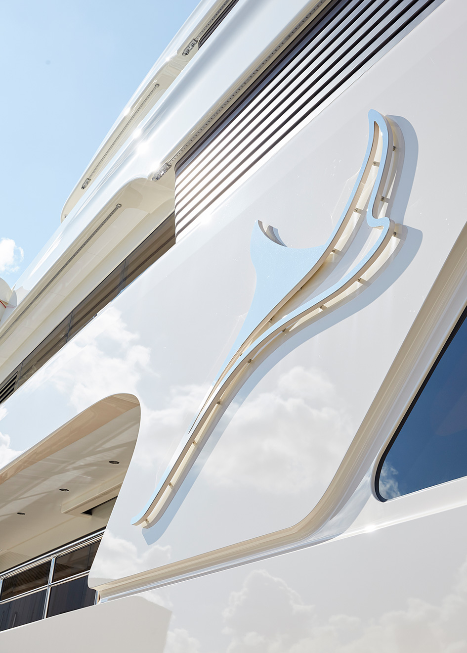 close-up-of-the-feadship-superyacht-samaya