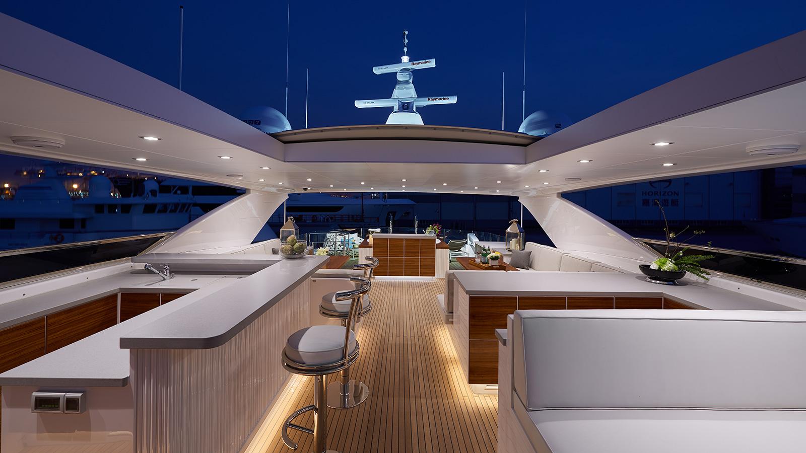 the-flybridge-of-the-horizon-rp120-yacht