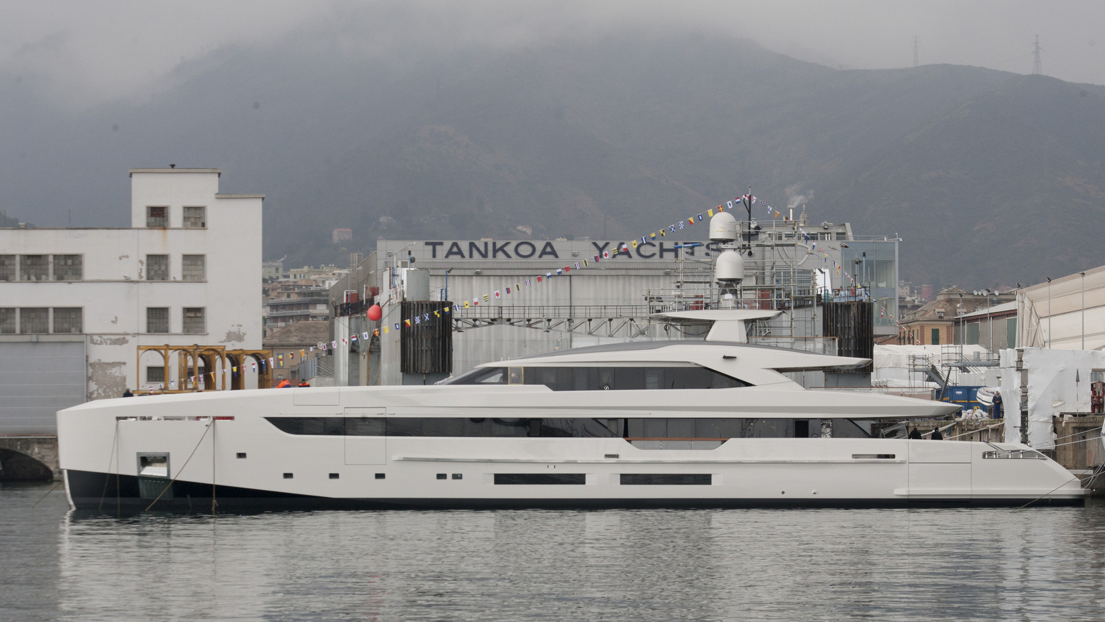side-view-of-the-tankoa-s501-yacht-vertige