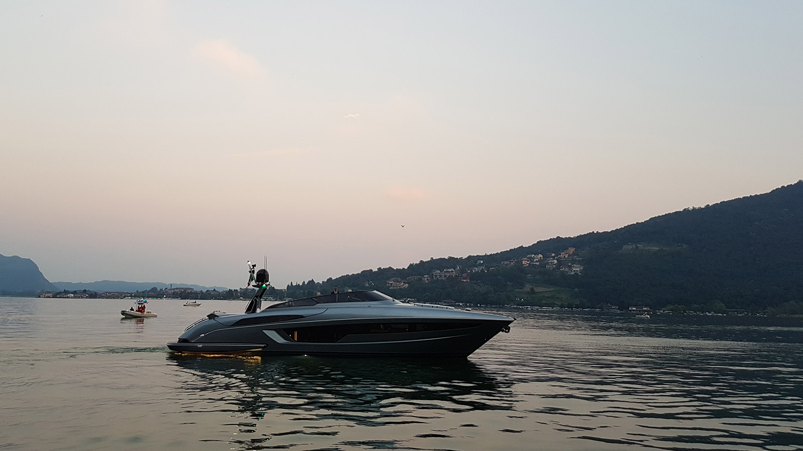 side-view-of-the-riva-56-rivale-speedboat