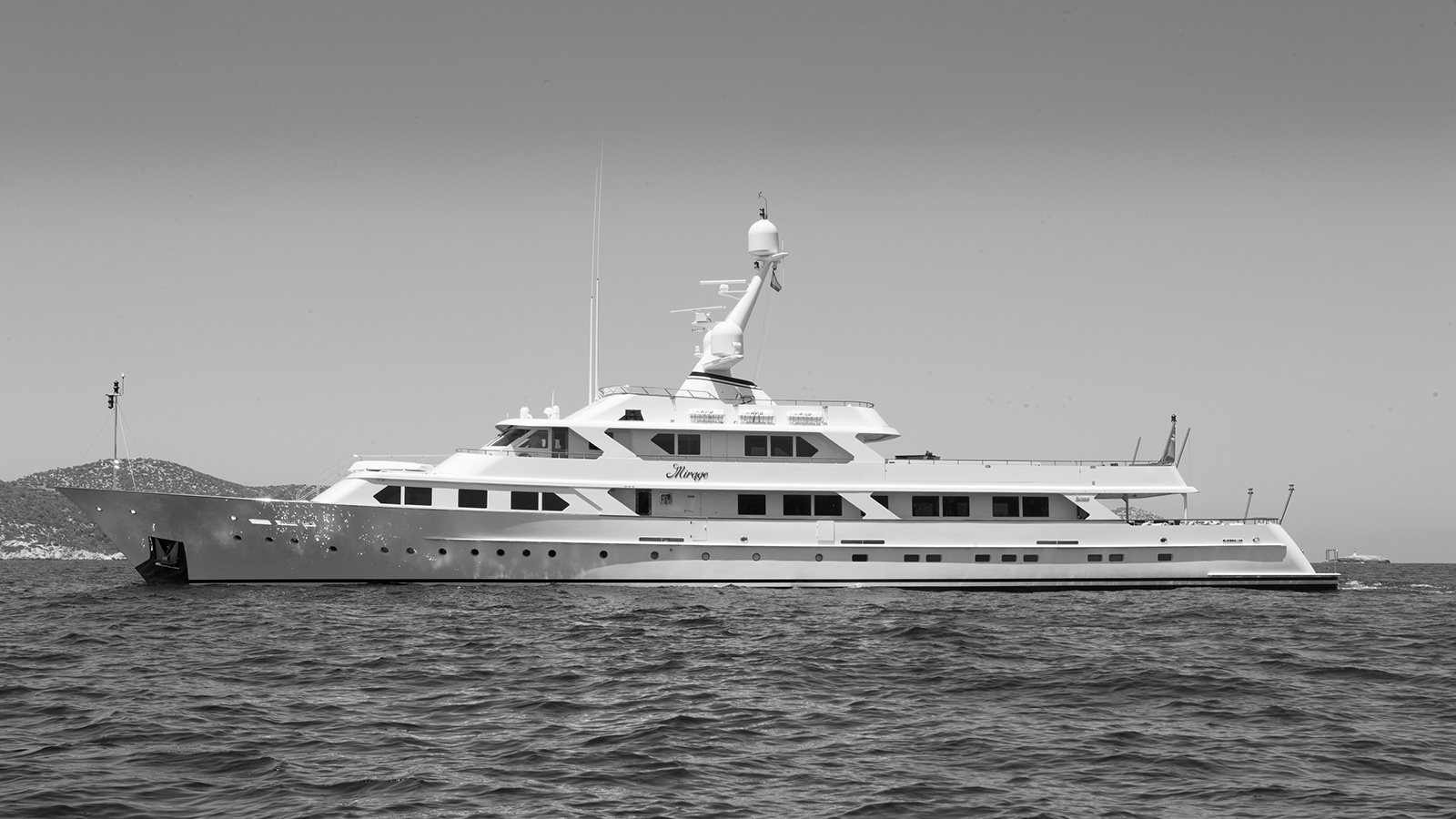 side-view-of-classic-feadship-super-yacht-mirage
