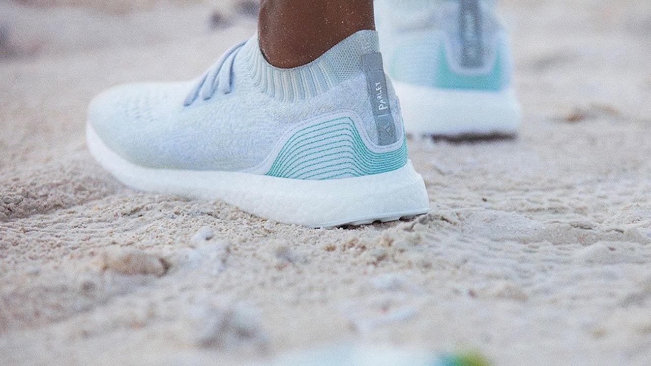 Adidas crea dei formatori di rifiuti riciclati oceano barca
