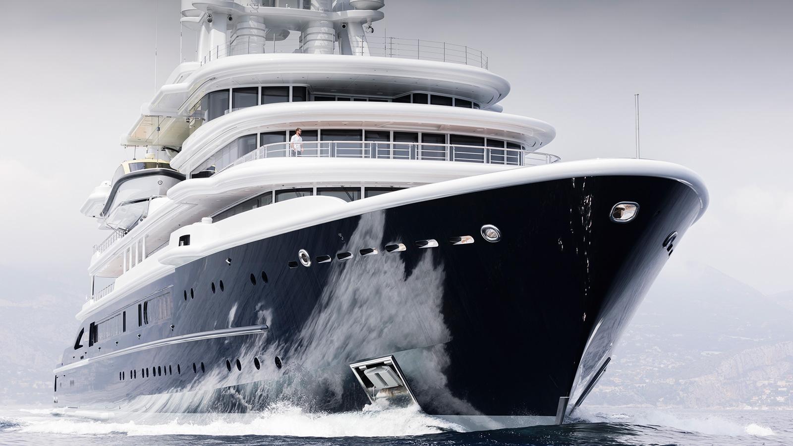 running-shot-of-explorer-yacht-luna-by-lloyd-werft