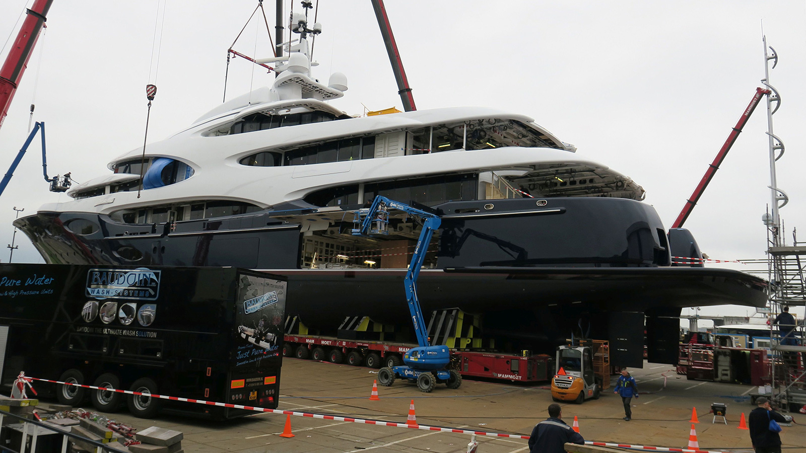 side-view-of-oceanco-super-yacht-y715