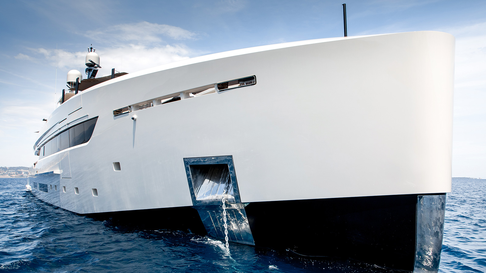bow-view-of-the-tankoa-motor-yacht-vertige-credit-alberto-cocchi