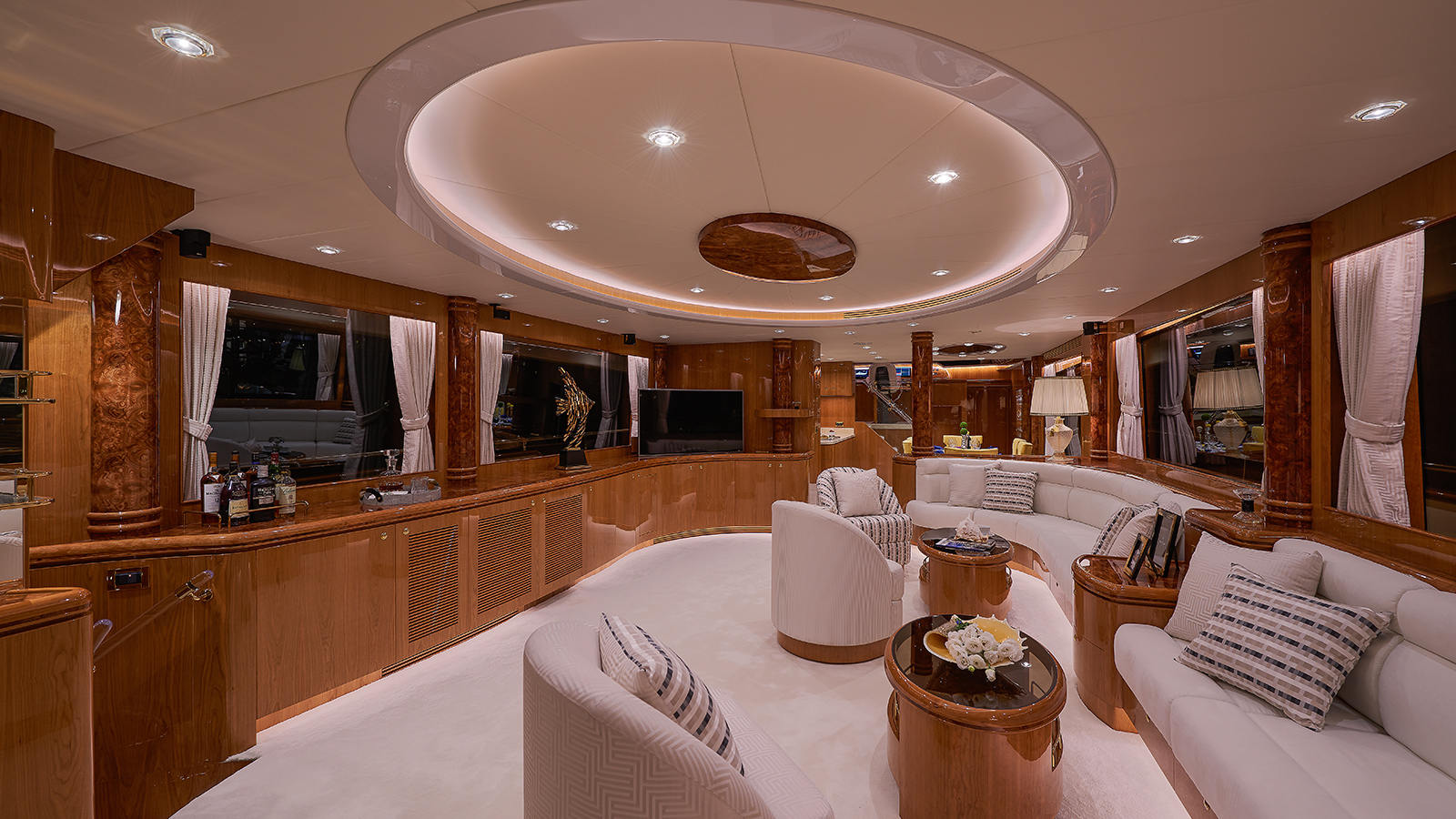 the-saloon-of-horizon-custom-yacht-abaco