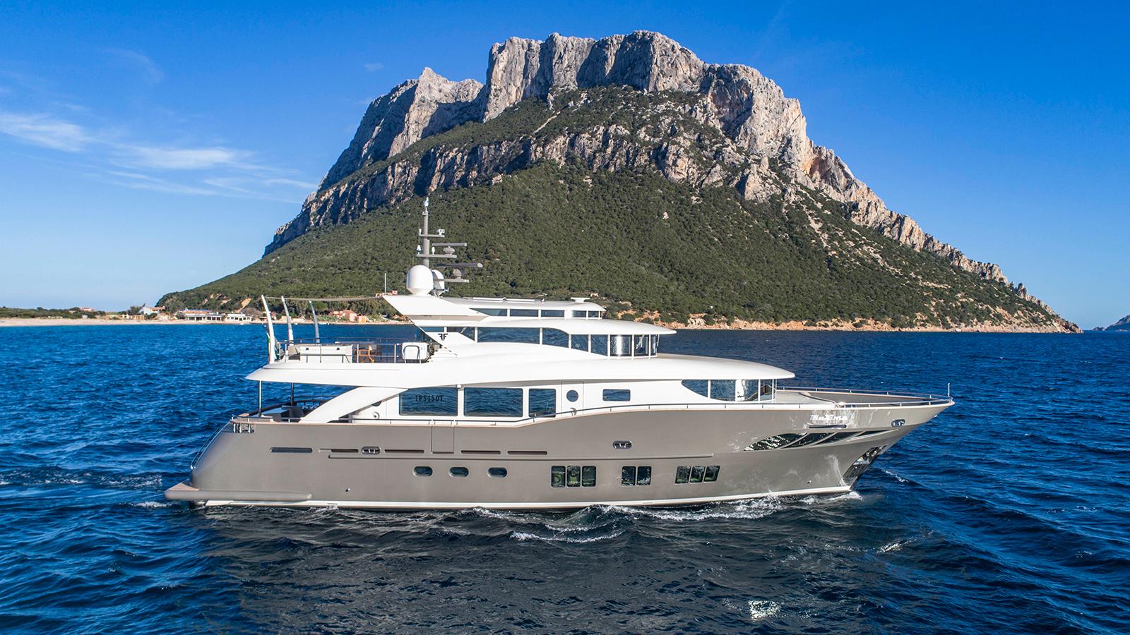 side-view-of-the-filippetti-navetta-26-yacht-maxima