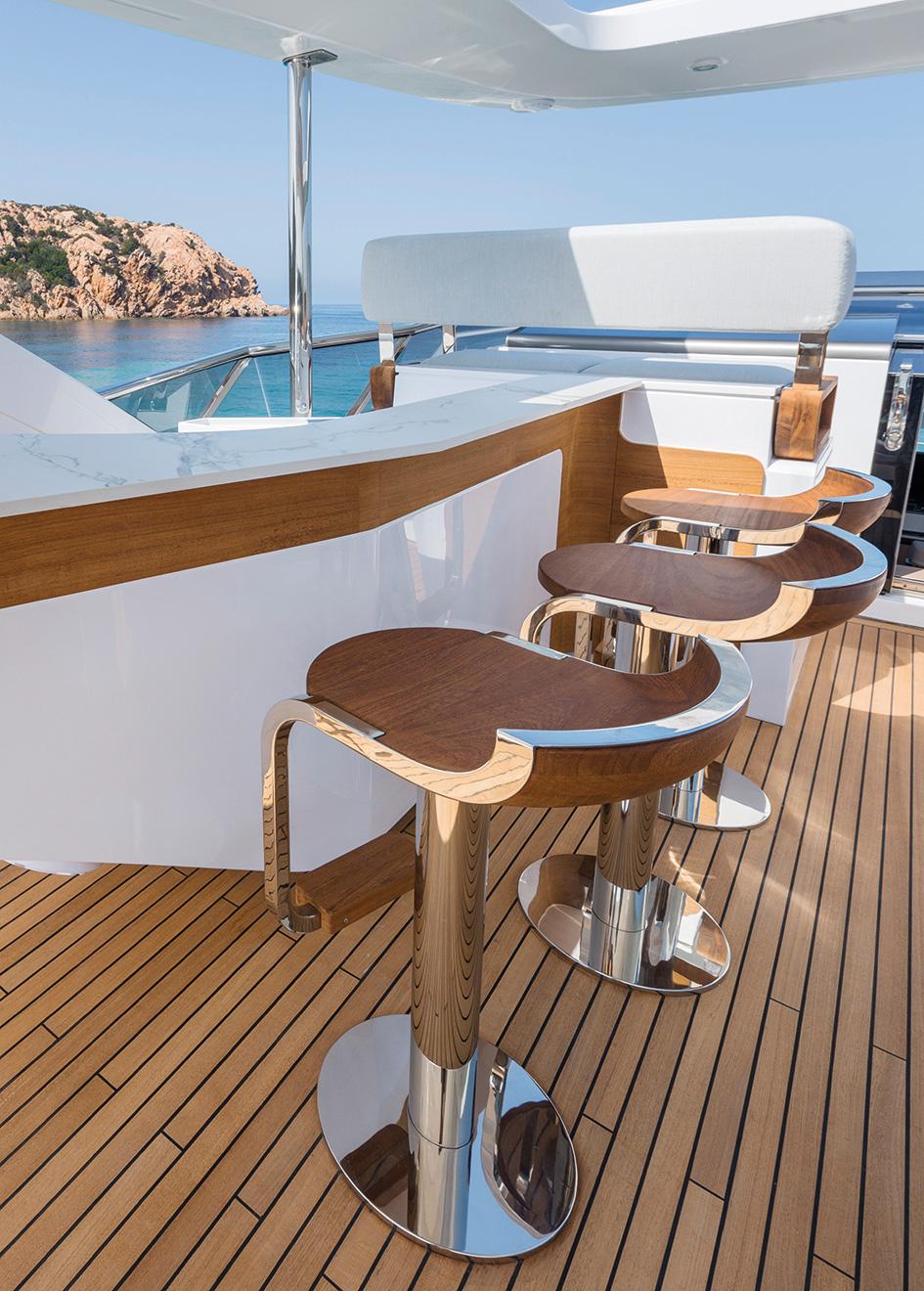 the-sundeck-bar-of-the-azimut-grande-27m-yacht