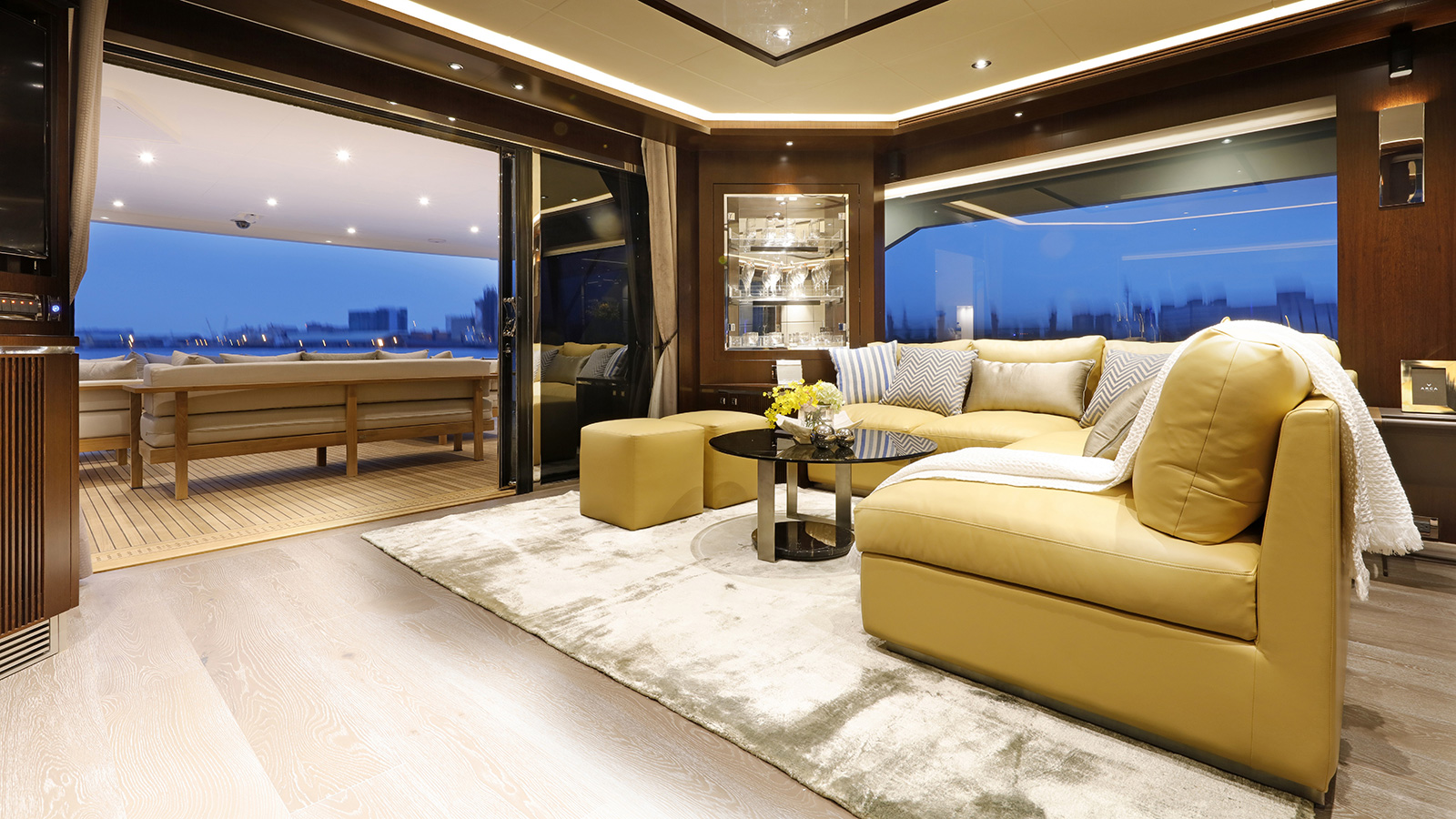 the-main-deck-saloon-on-the-horizon-fd-85-super-yacht