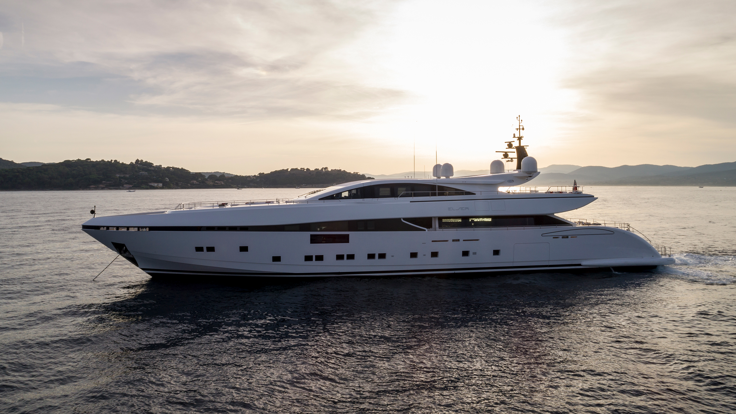 side-view-of-the-cerri-cantieri-navali-custom-superyacht-elsea-credit-Nico-Fulciniti