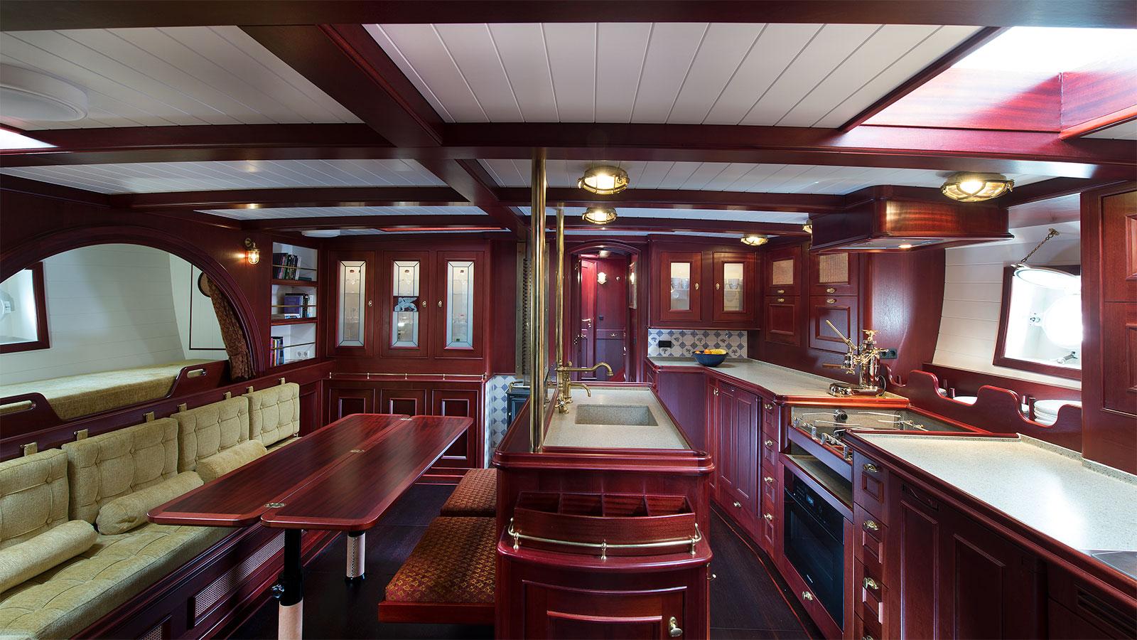 the-saloon-of-the-gaff-rigged-sailing-superyacht-spirit-of-venice-credit-olivier-van-meer-vmg-yachtbuilders
