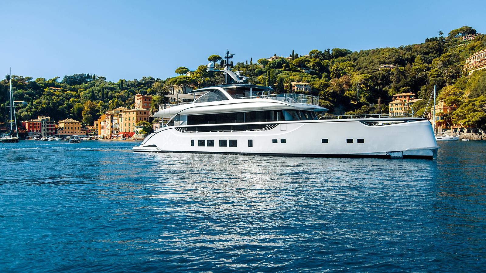 side-view-of-dynamiq-super-yacht-jetsetter