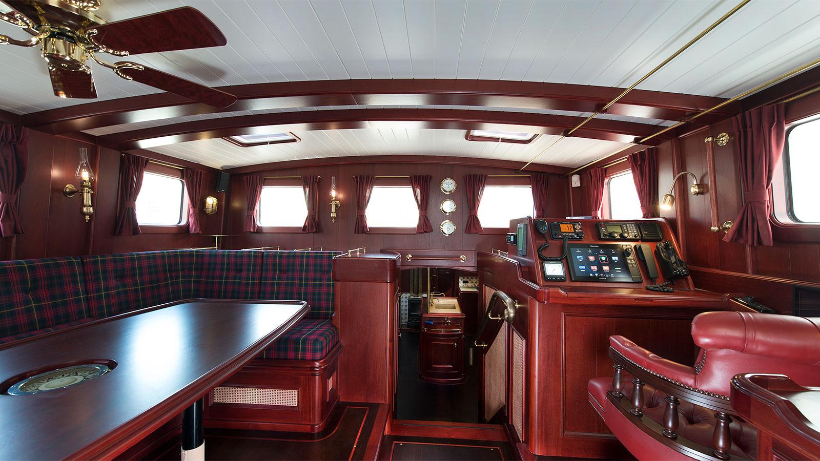 the-wheelhouse-of-the-gaff-rigged-sailing-superyacht-spirit-of-venice-credit-olivier-van-meer-vmg-yachtbuilders