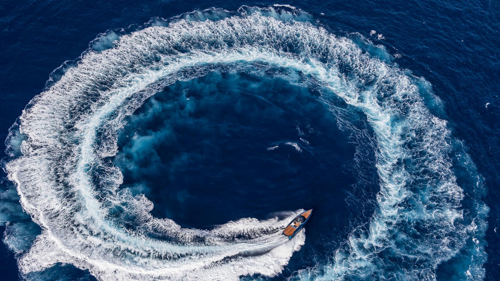 running-shot-of-the-aston-martin-speedboat-am37s