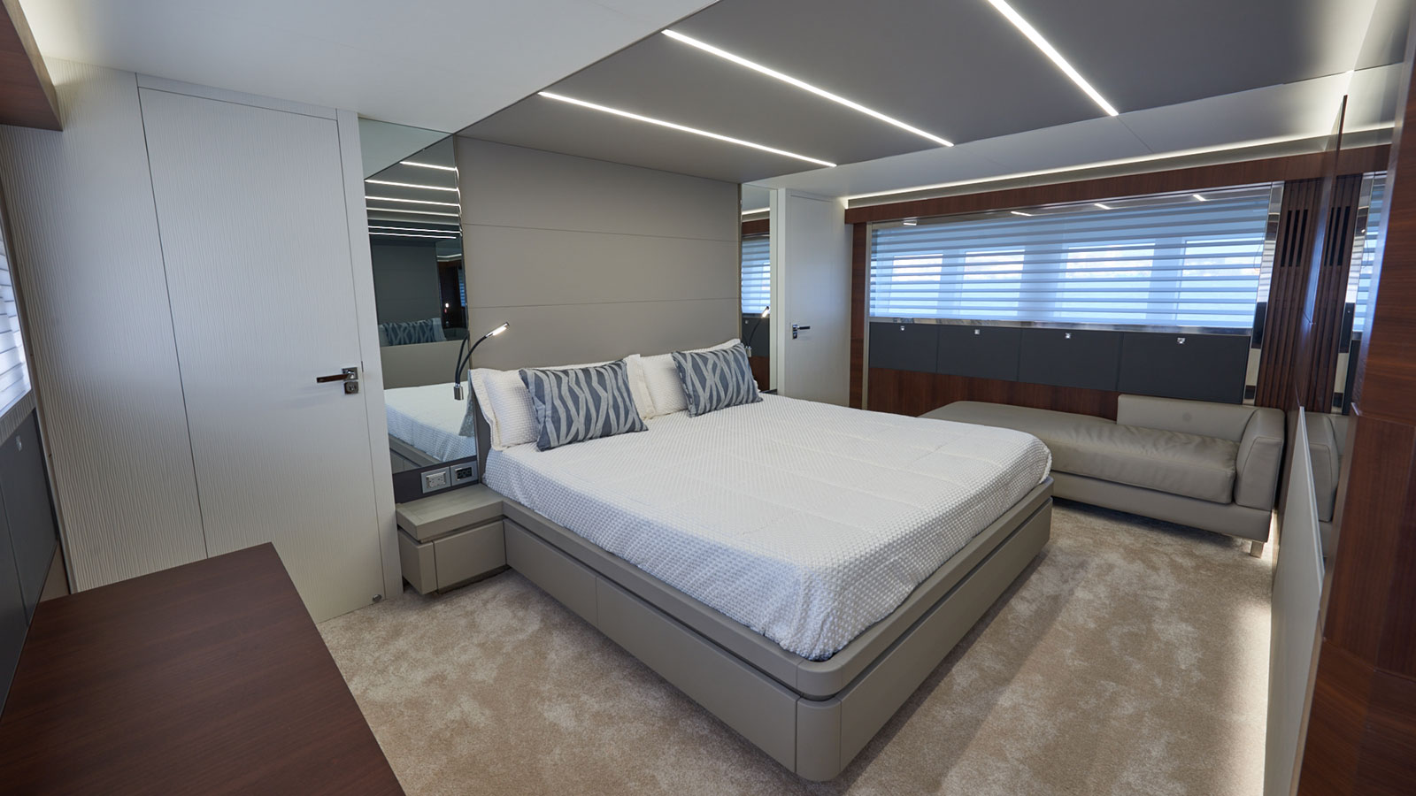 the-master-cabin-of-the-astondoa-80-glx-yacht-17