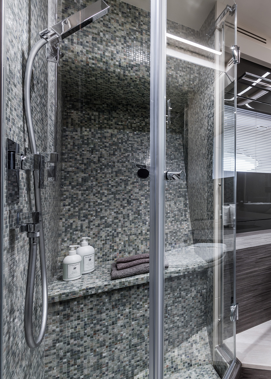 the-en-suite-of-the-pershing-82-vhp-yacht