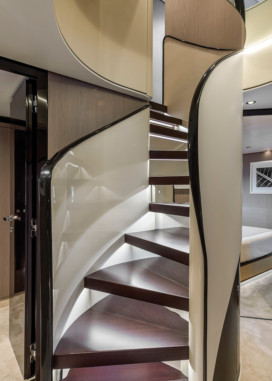 the-staircase-of-the-azimut-grande-27m-yacht